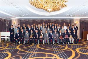 正副会長を囲んでの受賞者の記念撮影