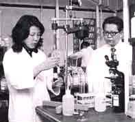 動物実験中の和田教授